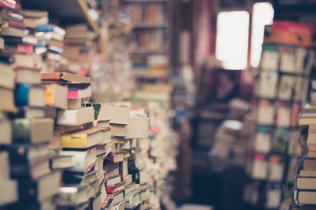 boeken, rommel, stapels